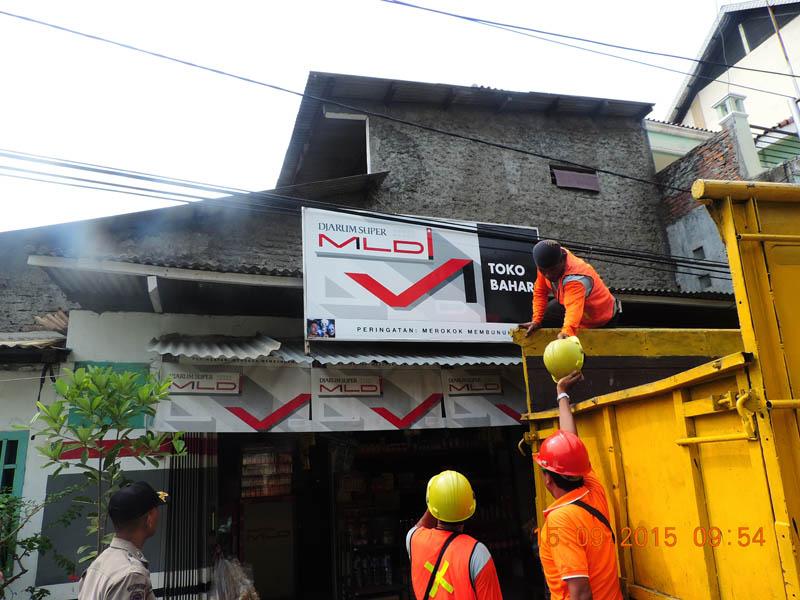 Pembongkaran Reklame Rokok oleh UPPD Kelapa Gading