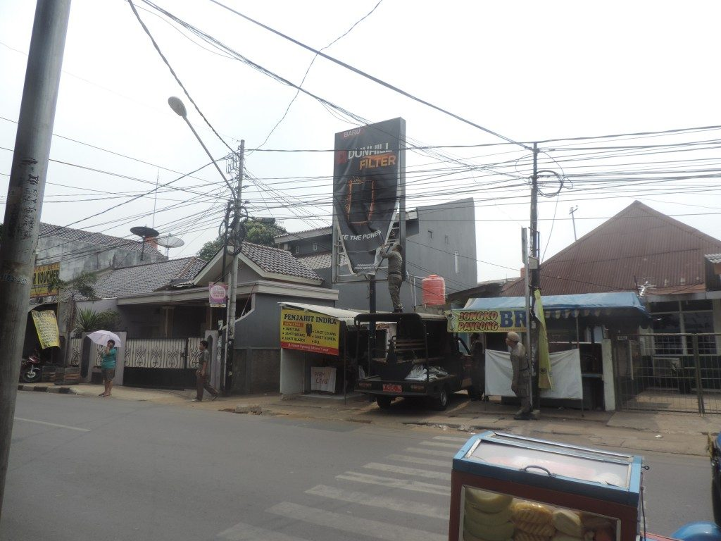 Pembongkaran Reklame Rokok oleh UPPD Jatinegara