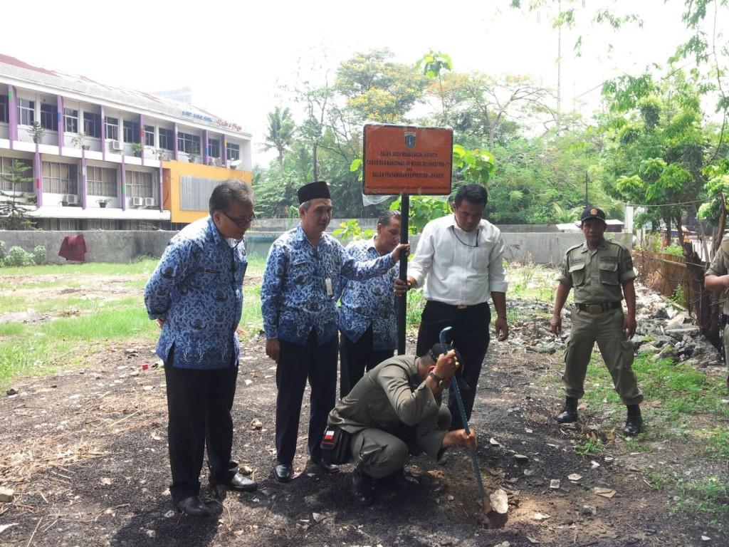 Pemasangan Plang Tunggakan PBB di Jakarta Timur