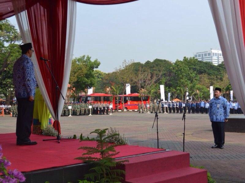Gubernur Jakarta memberikan amanat Hari Pahlawan 2015
