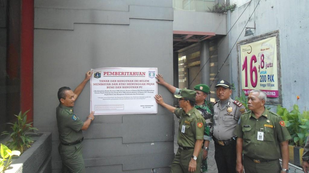 Aksi Pemasangan Plang Tunggakan PBB UPPD Tamansari
