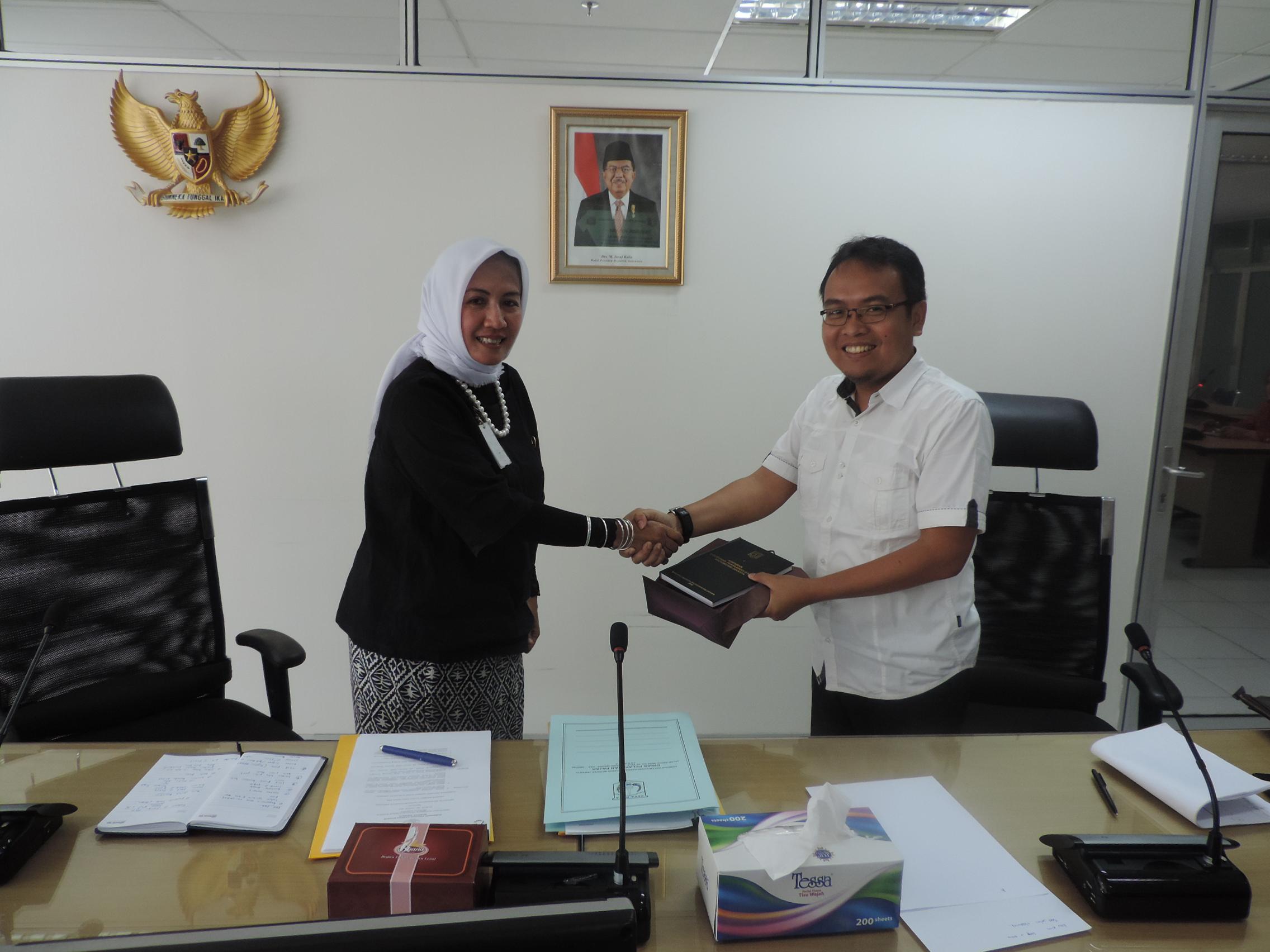 Ka. Humas DPP Erma Sulistianingsih mewakili DPP menerima cinderamata dari DPRD Banyumas
