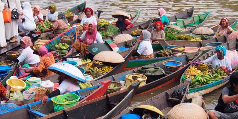 Pasar Terapung di muara Sungai Kuin, Banjarmasin.