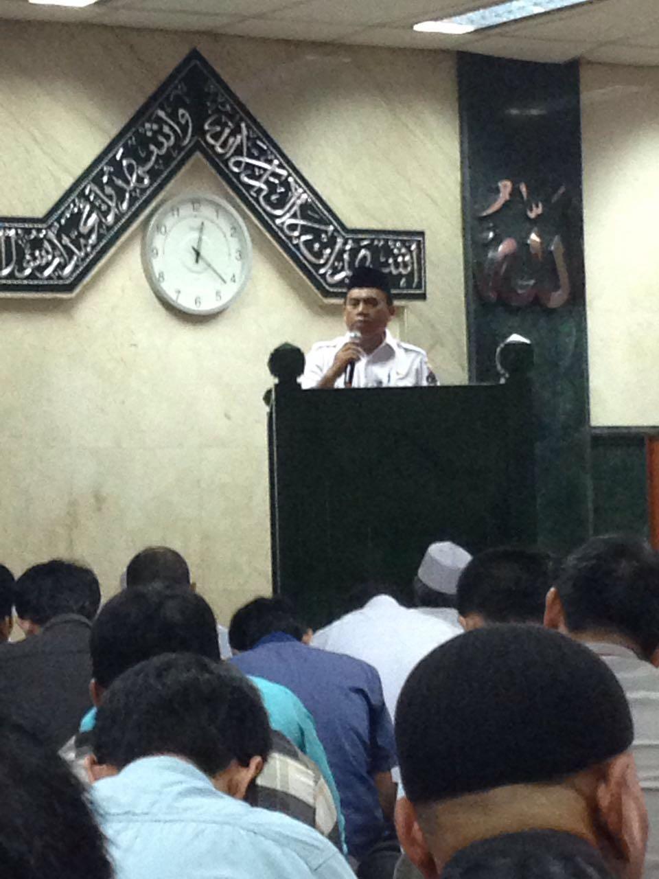 Bapak Saefullah, Sekdaprov DKI Jakarta memberikan Kultum di Mesjid Al-Badr DPP