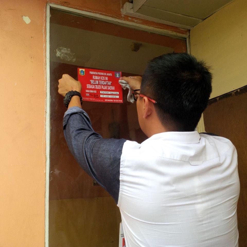 UPPD Pancoran Lakukan Pendataan dan Penempelan Stiker di Rumah Kost