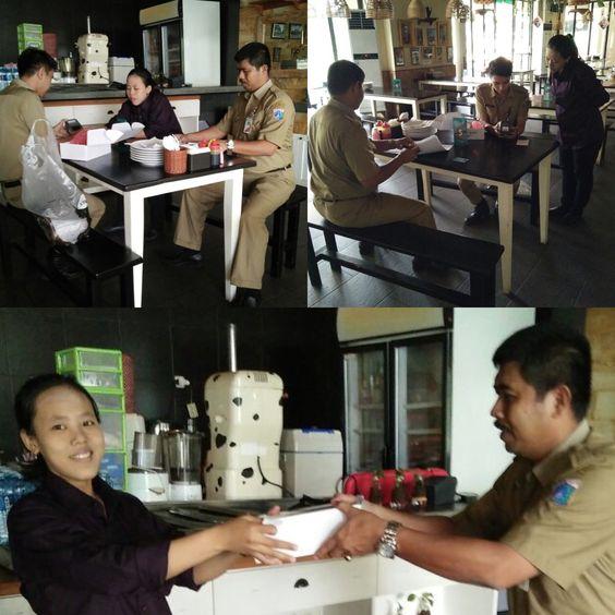 Penyerahan alat e-POS dari UPPD Tanah Abang ke WP Restoran