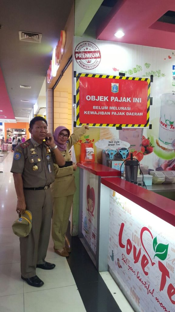 Penempelan Stiker Tunggakan di Jakarta Timur objek Pajak Restoran