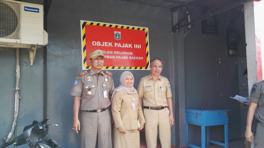 Penempelan Stiker Tunggakan di Jakarta Timur pada objek Pajak Restoran
