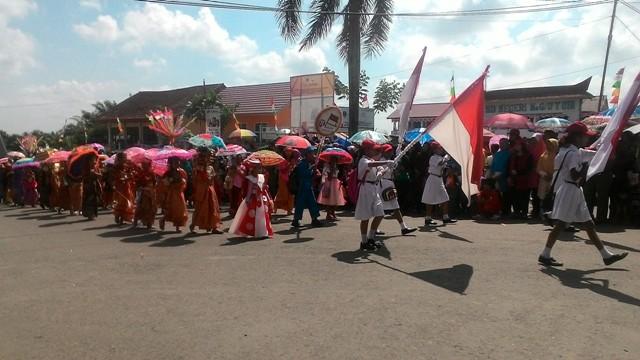 Pawai karnaval memeriahkan Hari Ulang Tahun (HUT) Republik Indonesia (RI) yang ke-71 tahun di Bumi Serepat Serasan PALI. foto: haluansumatera