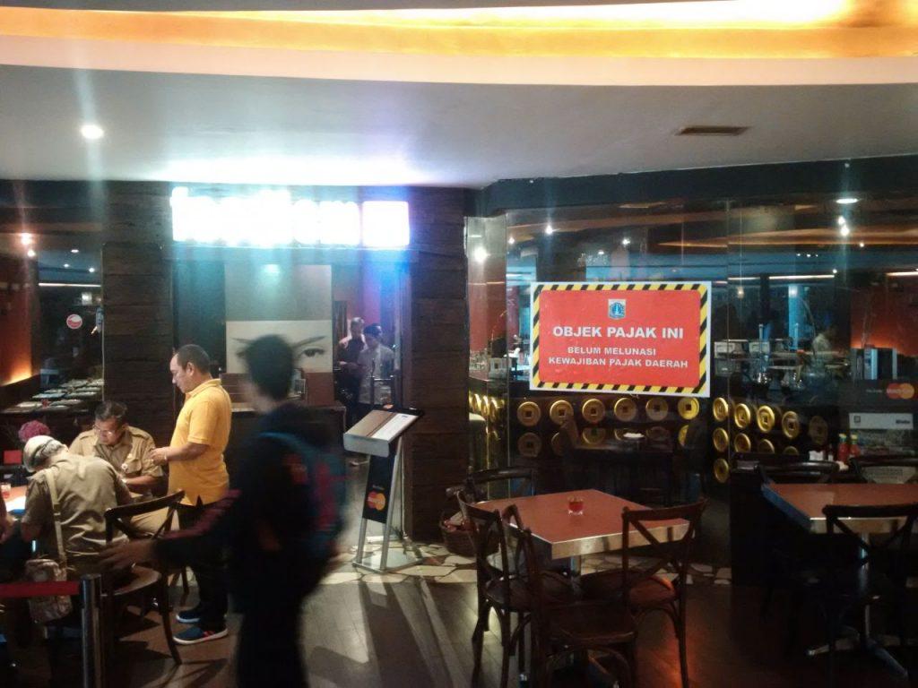 Pemasangan Stiker Tunggakan di Resto Senayan