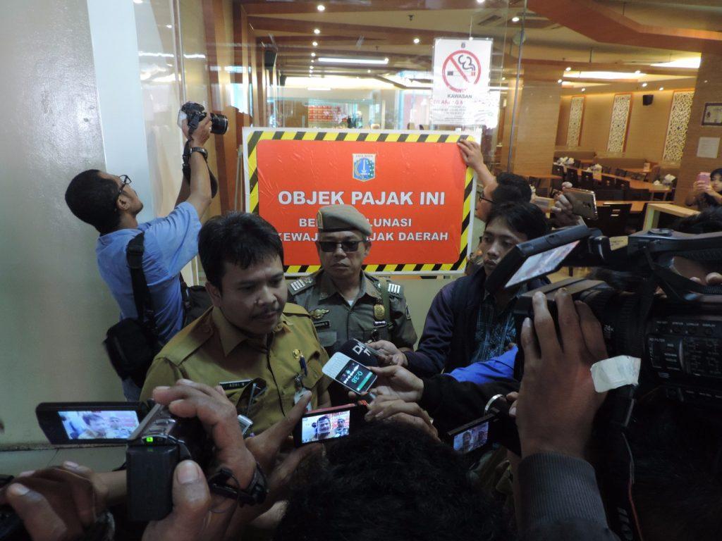 Kasudin Pajak Jakarta Pusat Adhi Wirananda memberikan keterangan setelah pemasangan stiker tunggakan di restoran wilayah Senayan
