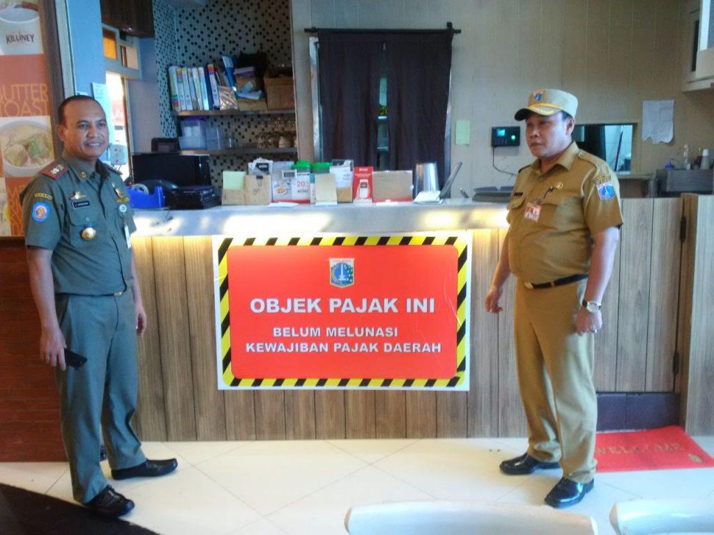 Pemasangan Stiker Tunggakan di Mall Jakarta Selatan oleh Kasudin Pajak Jaksel Johari dan Ka. Satpol Jaksel Ujang Hermawan