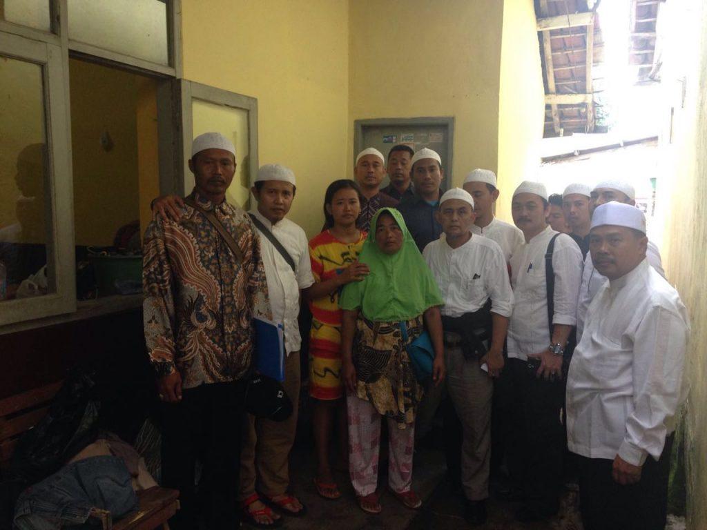 Sebagian penerima bantuan  dari DPP kepada korban bencana Garut