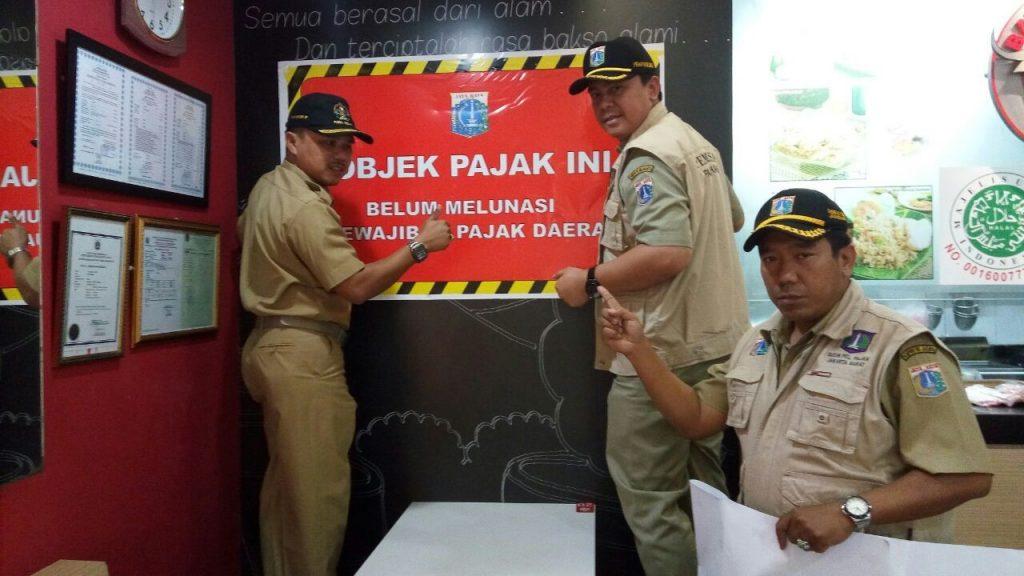 Aksi pemasangan stiker tunggakan pajak di Jakarta Barat