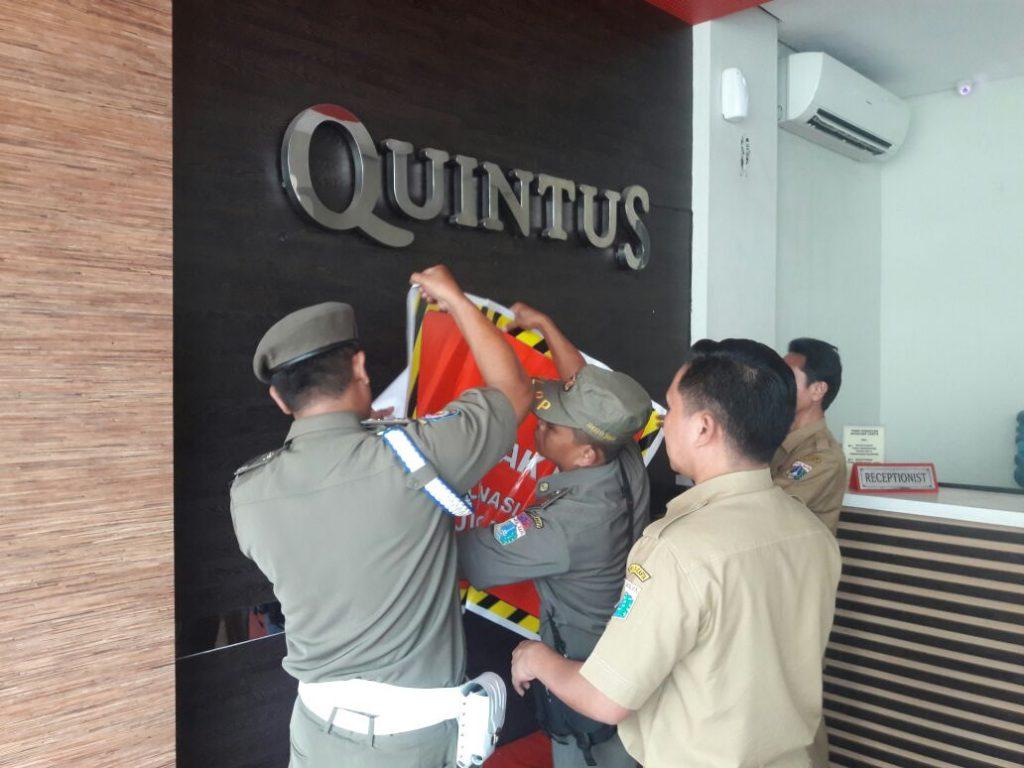 Pemasangan stiker tunggakan di objek pajak hiburan di Jakarta Barat