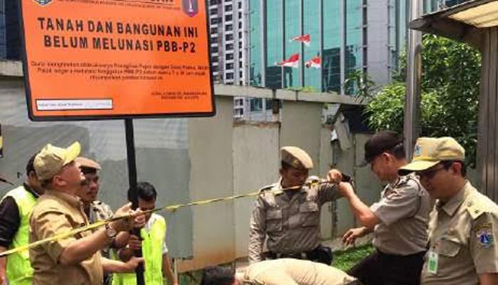 UPPD Setiabudi Pasang Plang Tunggakan PBB
