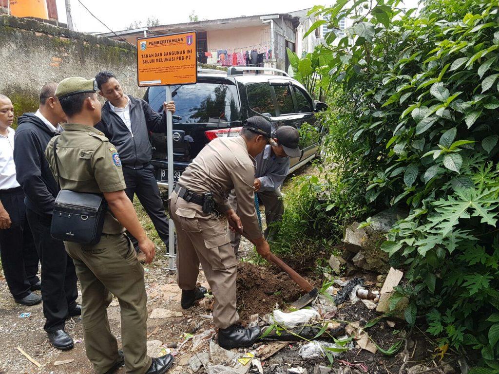 Pemasangan Plang Tunggakan PBB di wilayah Kebayoran Baru oleh UPPD Kebayoran Baru