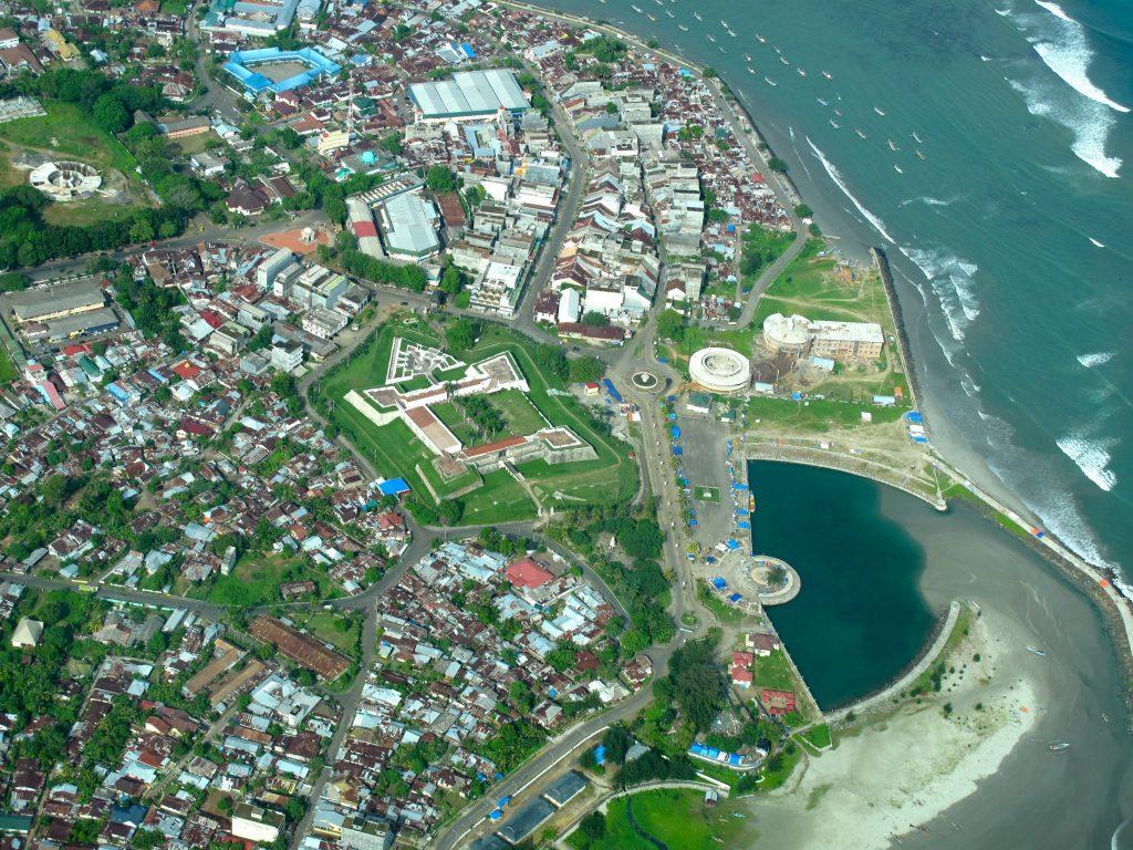 Kota Bengkulu dengan Benteng Marlborough dari atas