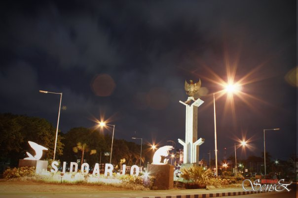 Tugu Kota Sidoarjo diwaktu malam hari