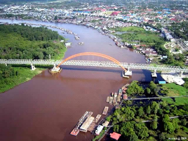 Jembatan besar membelah Kota Palangkaraya