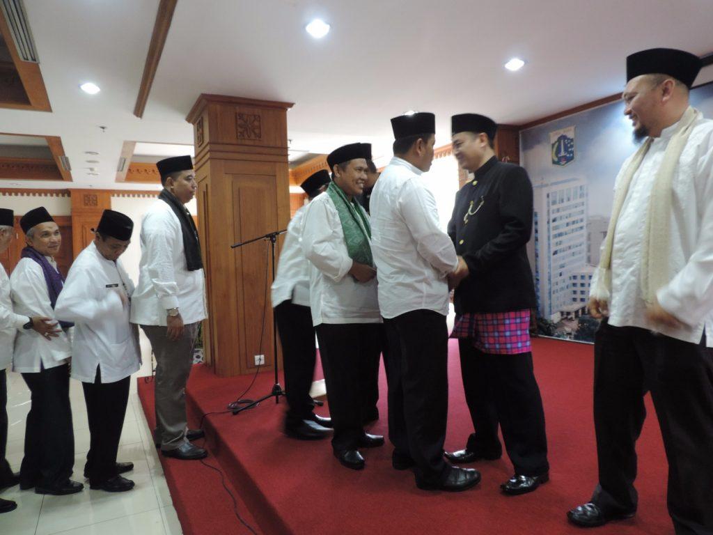 Pemberian ucapan selamat dari Pejabat BPRD kepada Kepala BPRD
