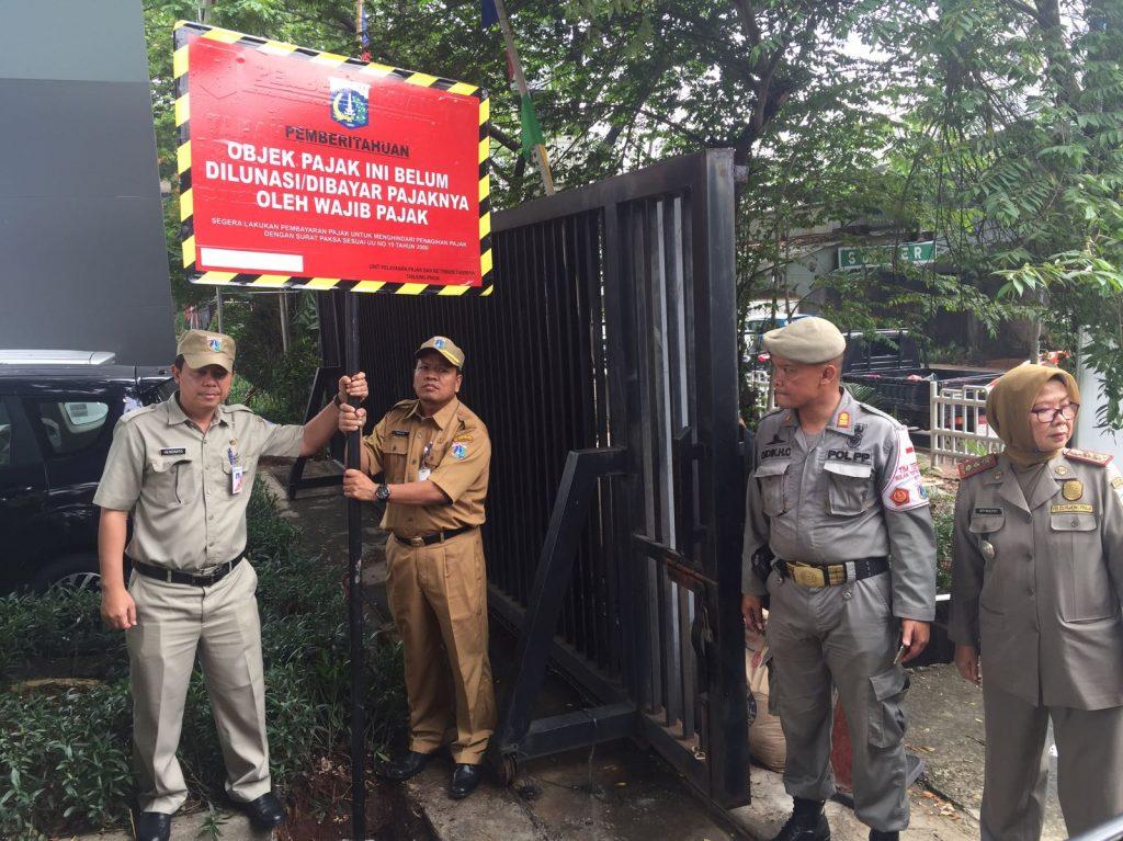 Pemasangan Plang Tunggakan di Jakarta Utara