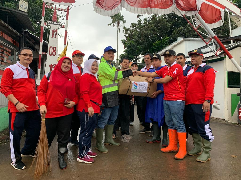 BPRD Jakarta Kerja Bakti dan Salurkan Bantuan Bagi Korban Banjir di Bintaro